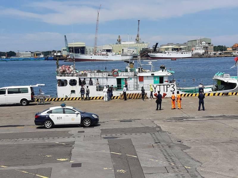 萬那杜籍漁船今停靠港49號碼頭,船上驚傳有1名漁工猝死。(民眾提供)