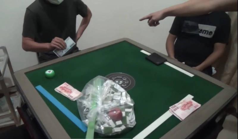男揪3牌咖群聚打麻將還未戴口罩 高市警突擊查獲舉報衞生局開罰
