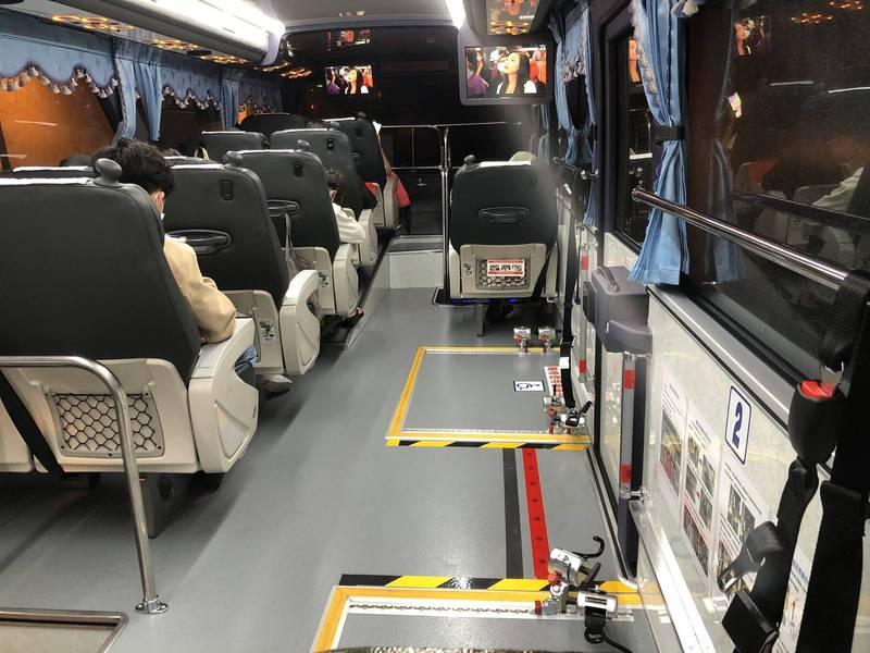 國道客運業者11日至14日,各班次載客量不得超過2成。圖為5月疫情前,乘客搭乘客運的情況。(葛瑪蘭客運提供)