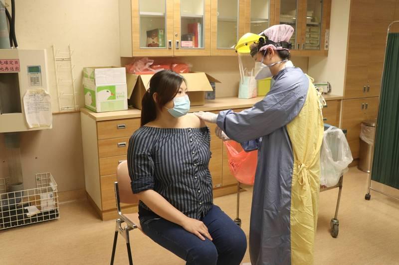 嘉縣防疫專責醫院開打莫德納疫苗 懷孕醫護優先