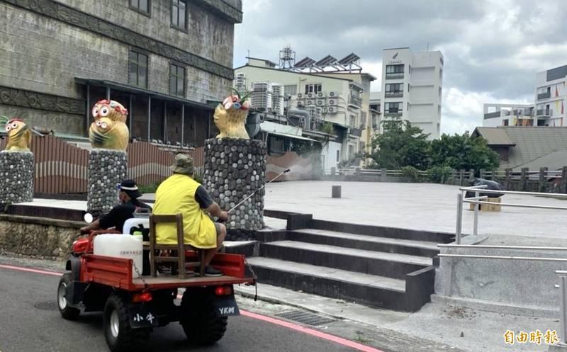 日月潭伊達邵社區民眾以自購的器具進行社區環境消毒工作,展現自主防疫的精神。(記者謝介裕攝)