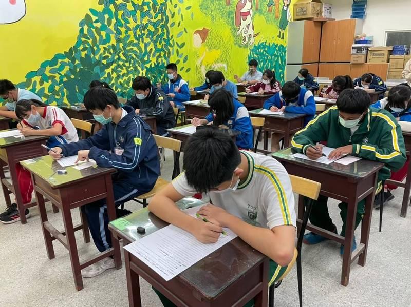 國中會考成績明天公布,台中市學校先保管成績單不發給考生,降移動風險。(台中市政府提供)