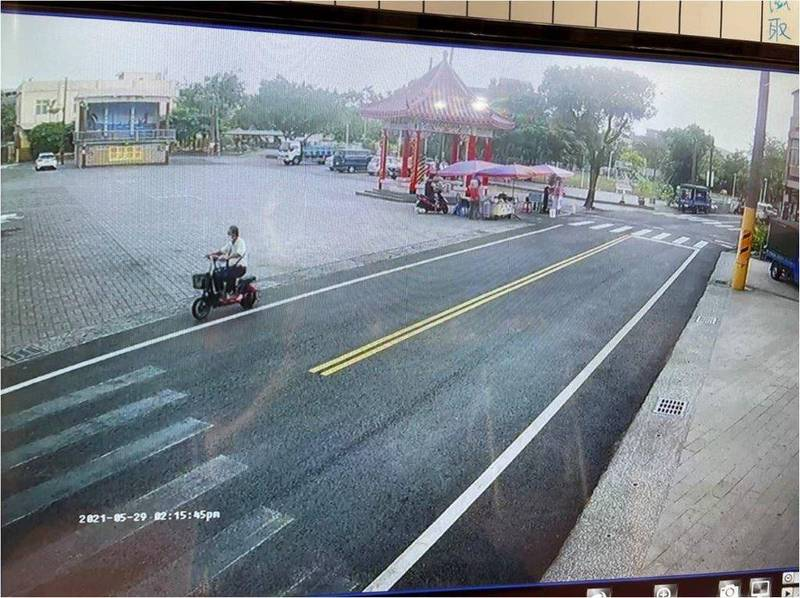 老翁騎電動車遭搶。(警方提供)