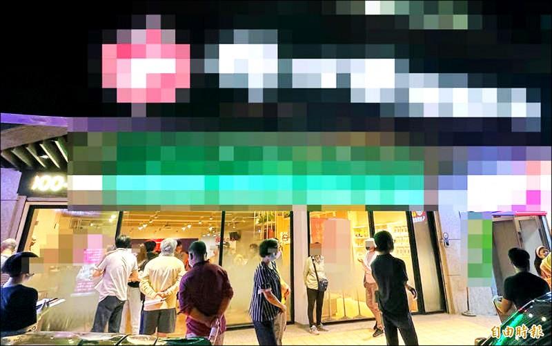 台北市某診所遭爆未照施打順序,違規開放一般民眾接種疫苗。(記者邱芷柔攝)