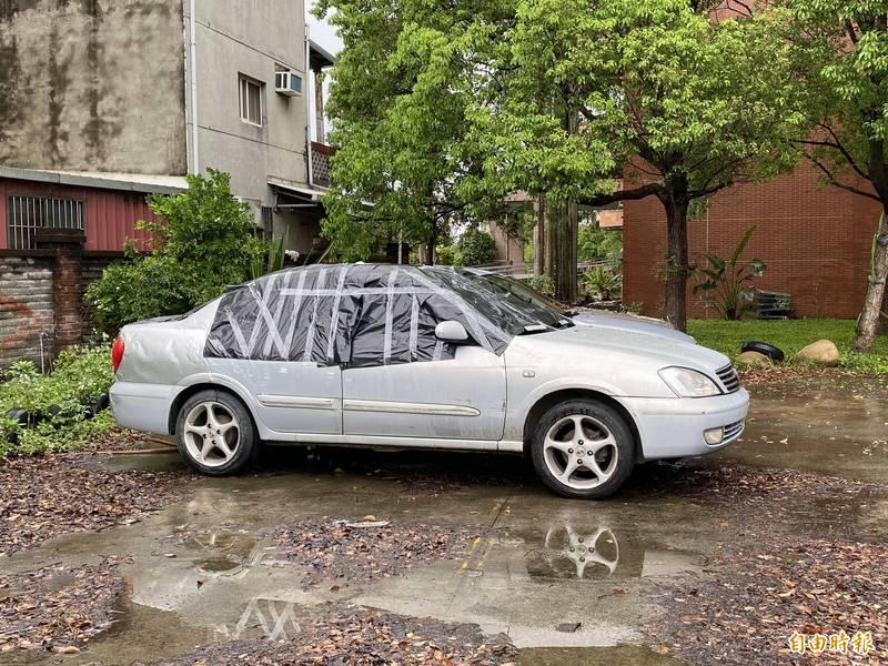 肇事車輛被拖回警局,上半部全部以黑色塑膠袋遮蓋,避免彈孔曝光,(資料照)