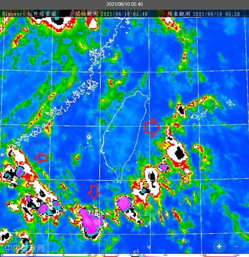 鄭明典PO圖曝台灣被對流環繞,圖中紅色箭頭標示處即今日清晨對流所在位置。(擷取自鄭明典臉書)
