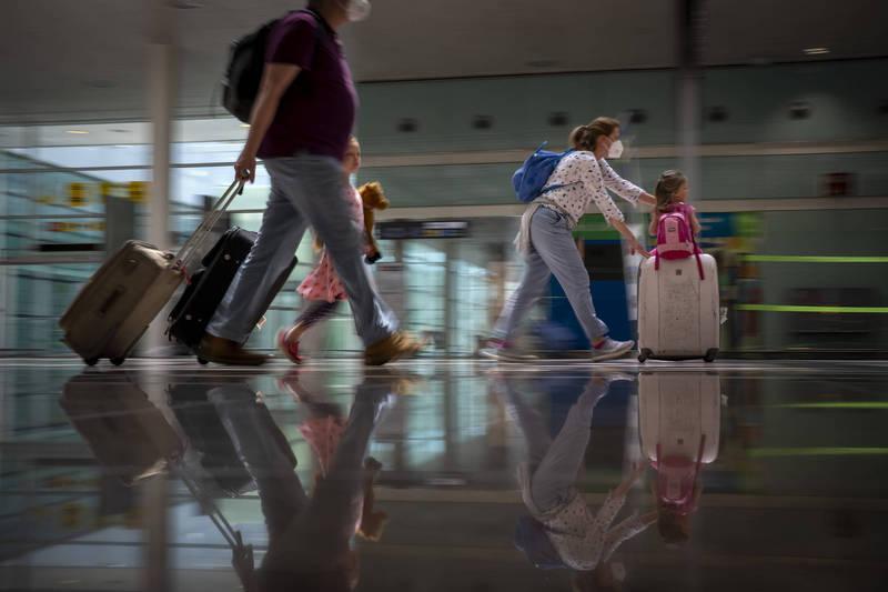 歐洲多國放寬旅遊限制,遊客抵達西班牙巴塞隆納機場。(美聯社)