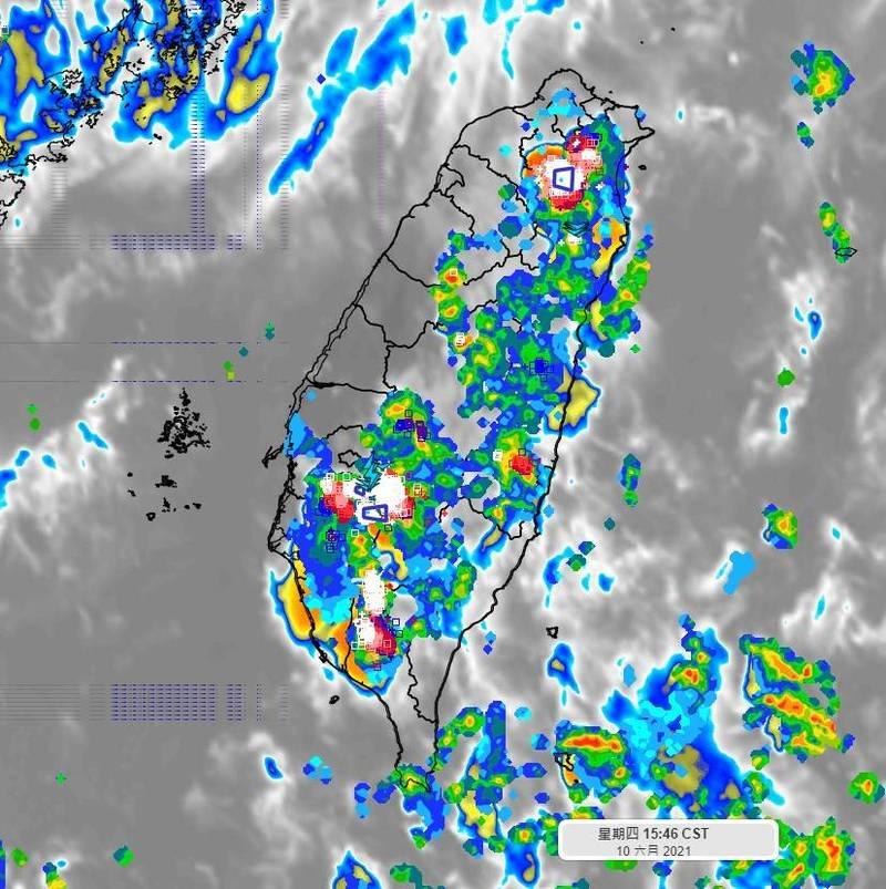 彭啟明在臉書表示,午後雷陣雨有時在十分鐘的短時強降雨很高,或是時雨量很容易破百,還是要能避就避。(圖取自彭啟明臉書)