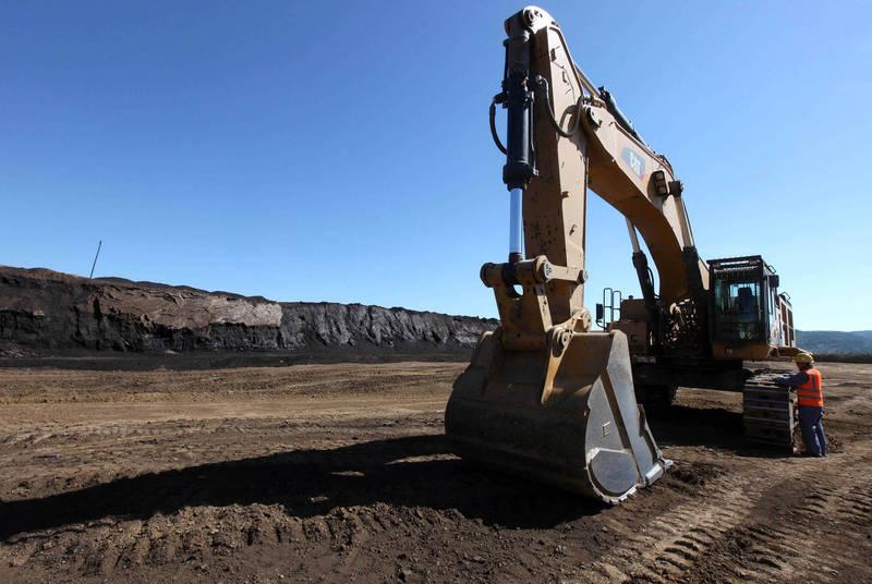遊客亂停車忍無可忍 男子直接開挖土機把車全鏟飛!