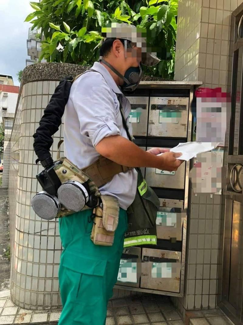 1名郵差自費3萬元添購防疫裝備,讓網友感到相當心疼。(圖擷取自臉書專頁「爆料公社公開版」)