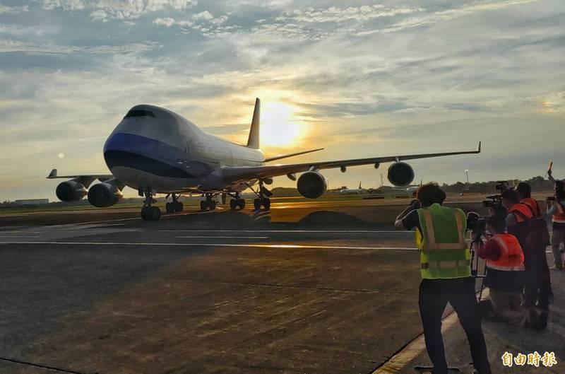 台灣向日本購買的10座負壓隔離艙,下午由華航搭載回台。(記者姚介修攝)