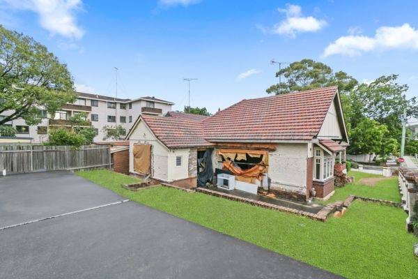 澳洲雪梨西南部的肯辛頓區有一棟閒置了16年沒有完工的空房,日前以新台幣1.008億元售出。(圖翻攝自澳洲地產仲介Domain官網)