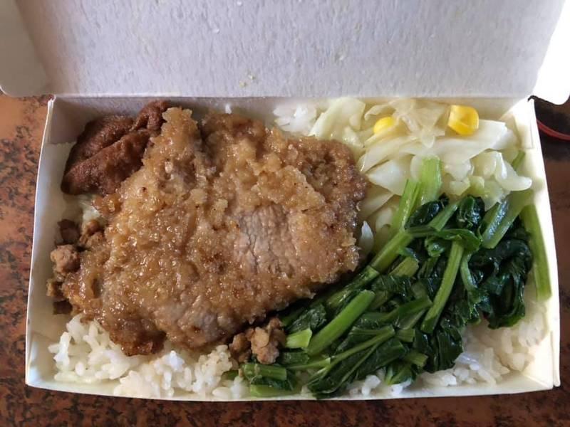 有網友上網發文分享台南鹽水的「35元的佛心便當」,便當菜色有菜有肉,相當豐富,物美價廉引起網友熱議。(圖取自臉書_爆怨2公社)