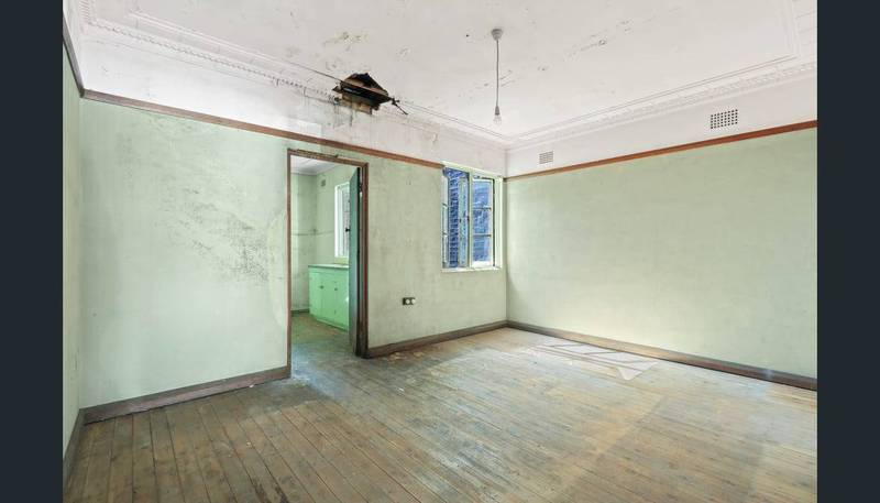 這間房看起來相當破舊,天花板甚至還有破洞。(圖片擷取自房仲網站)