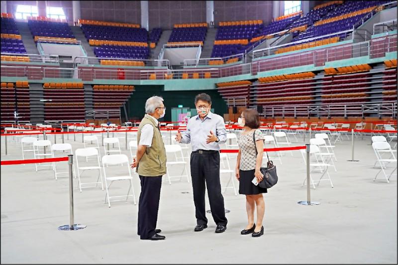 屏東縣長潘孟安(左圖中)前往屏東縣立體育館視察疫苗速打站設置情形。(屏東縣政府提供)