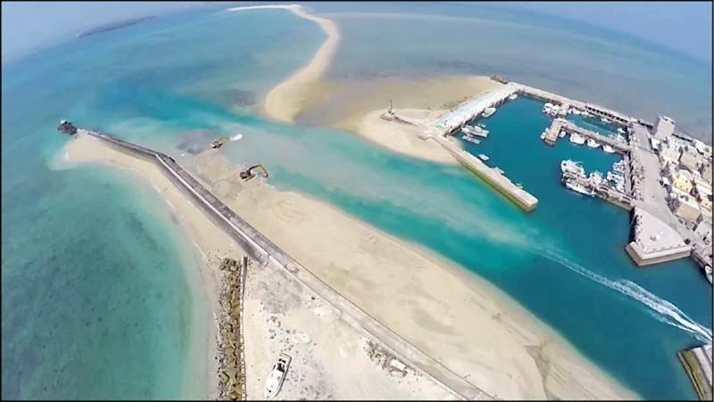 鳥嶼港航道區淤積嚴重,澎湖縣政府已發包清除淤積工程。(澎湖縣政府提供)