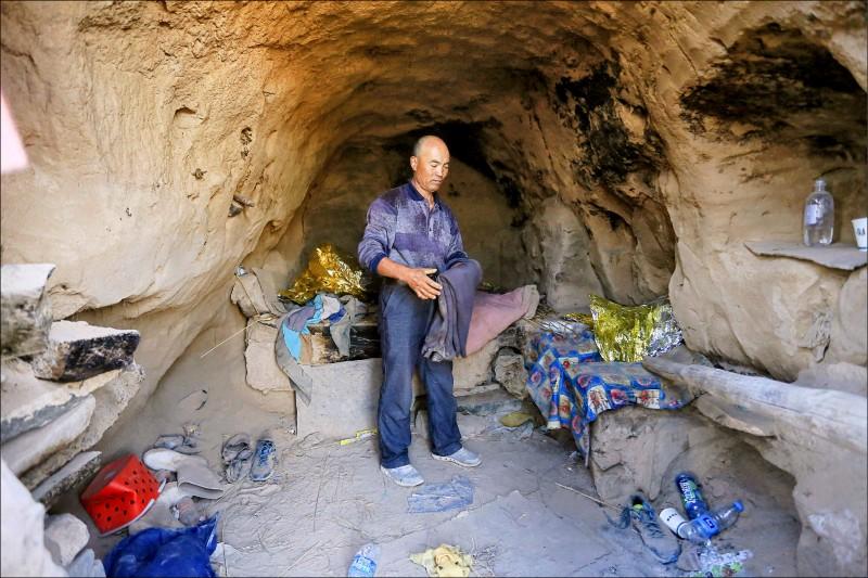 中國甘肅牧羊人朱克銘及其避難與救人的洞穴。(法新社檔案照)