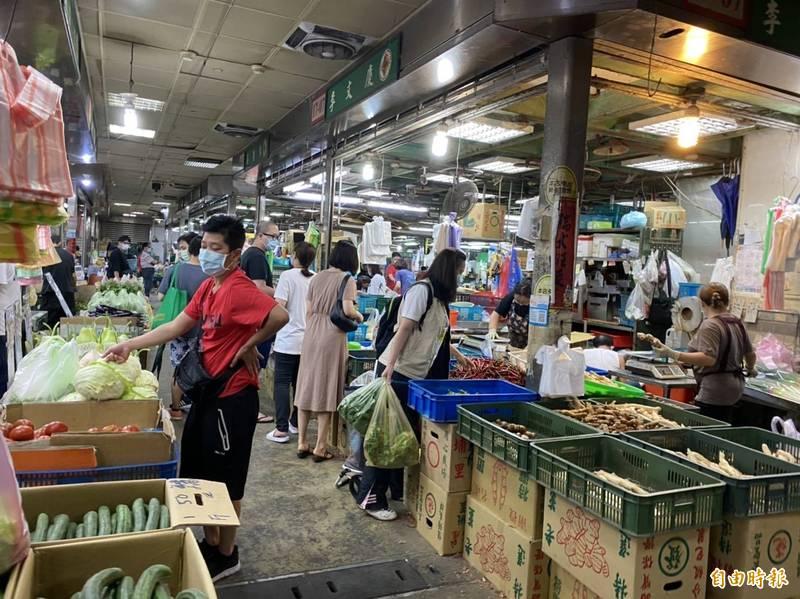 受疫情影響,民眾多為在家煮,感嘆就算價格貴,但還是要吃飯,菜價飆漲也只好買單。(記者楊心慧攝)