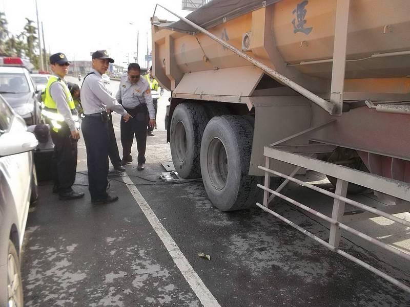 警方攔查砂石車過磅。示意照。(資料照)