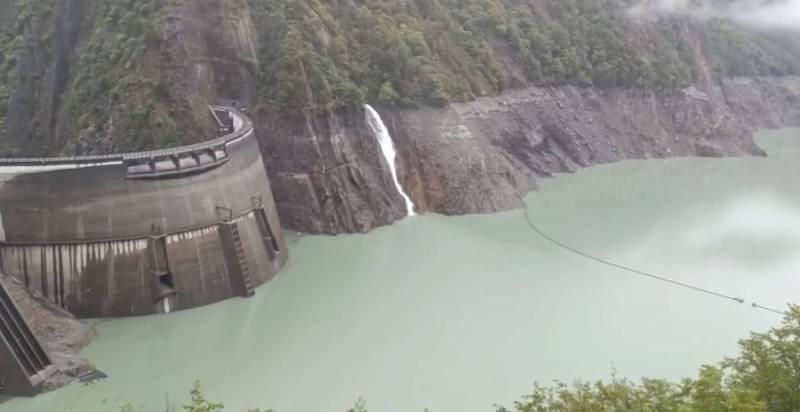 德基水庫全力蓄水,希望德基電廠可以重新發電。(記者張軒哲翻攝)