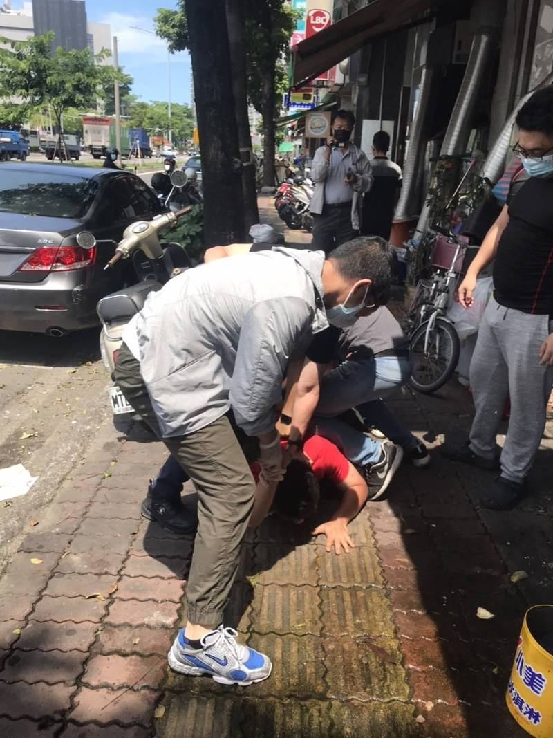 警方逮捕取款車手。(記者蔡清華翻攝)