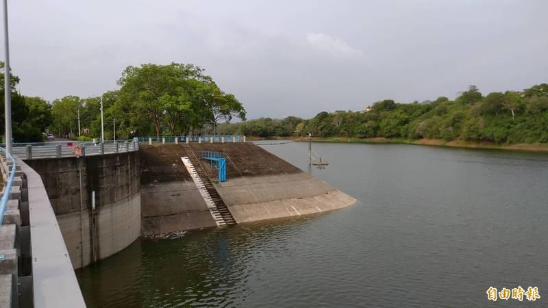 苗栗縣頭屋鄉明德水庫壩址水位回升,已達57.12公尺。(記者張勳騰攝)