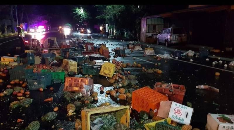 台9線鹿野路段昨天深夜3輛大車發生事故,其中1車滿載鳳梨芒果等蔬果掉滿路面。(關山警分局提供)