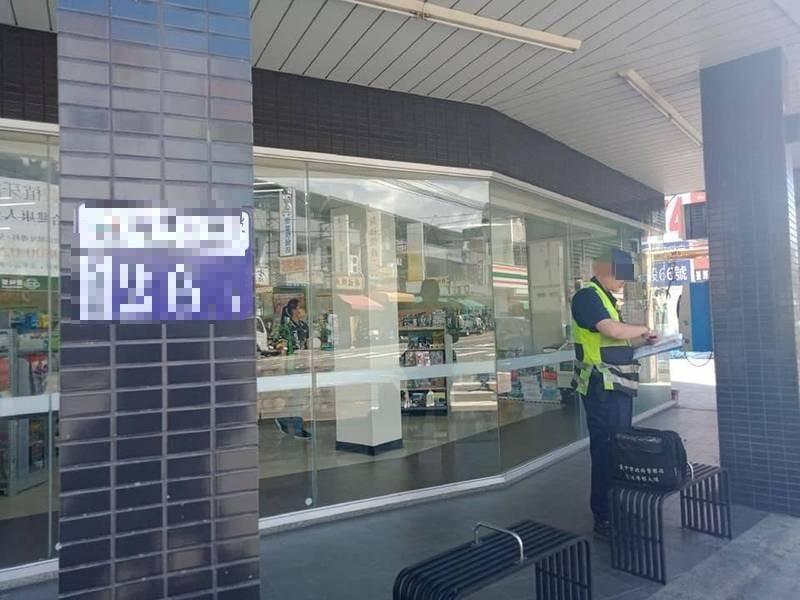 東勢警分局一名員警在新社處理車禍,沒戴口罩被民眾拍照上傳爆料公社。(取自爆料公社)