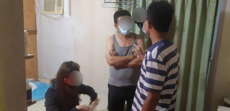警方在東區某出租套房查獲楊女與陳姓男客從事半套性交易。(記者何宗翰翻攝)