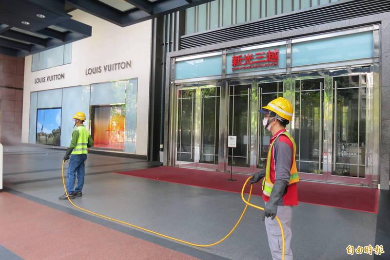 新光三越台中店有櫃姐確診,環保局11日上午前往周遭清消。(記者蘇金鳳攝)