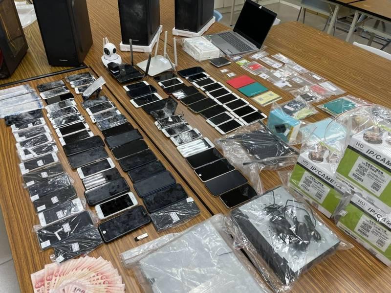 警方起獲筆記型電腦、手機、已毀損手機、遠端監視器、WIFI分享器、人頭卡、隨身碟等大批贓證物。(記者邱俊福翻攝)