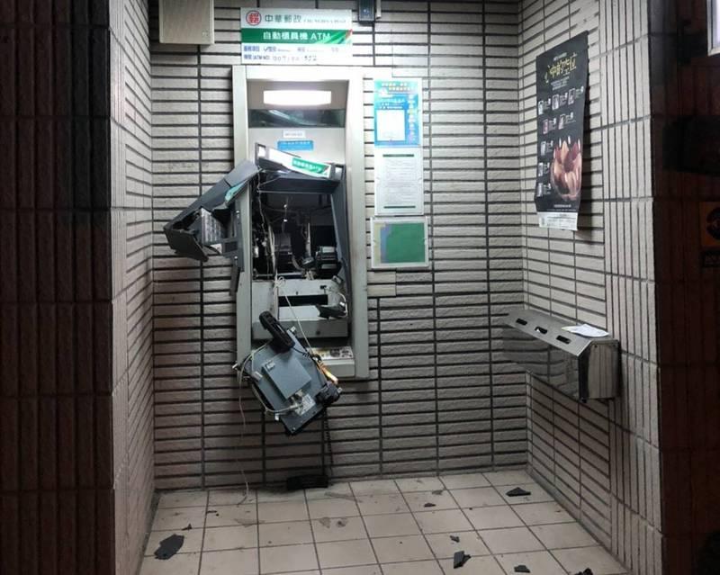 ATM被破壞得滿目瘡痍。(警方提供)