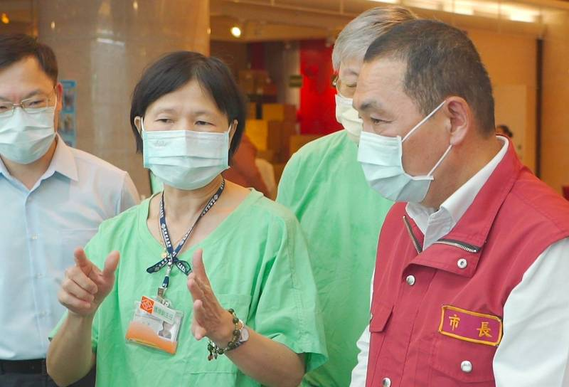 侯友宜視察位於深坑的集中檢疫中心,聽取醫護團隊說明。(新北市政府提供)