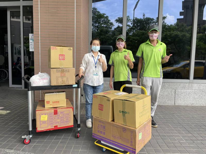 新北市少年培力園公益早餐店人員送早餐到輔大醫院。(新北市政府社會局提供)