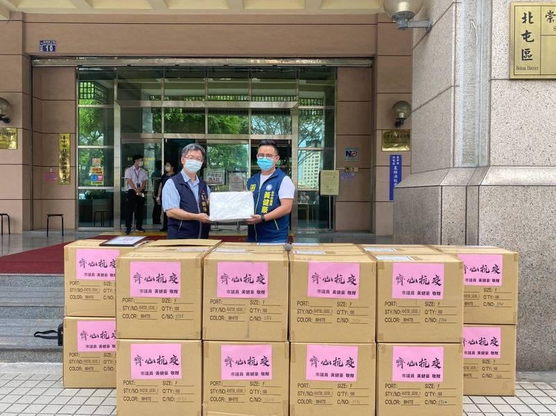 中市議員黃健豪(右)捐2000件隔離衣給公所的基層防疫人員。(黃健豪提供)