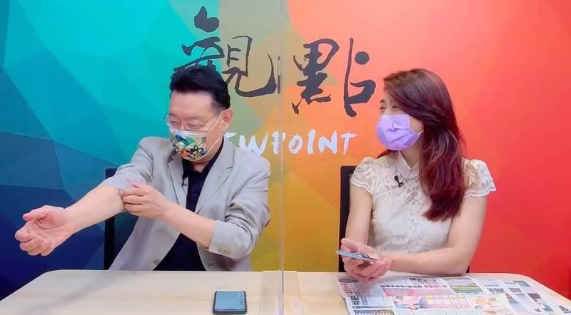 被爆料特權打疫苗,趙少康大笑否認並拉開手臂說可以給大家檢查有沒有針孔。(圖擷取自YouTube觀點頻道)