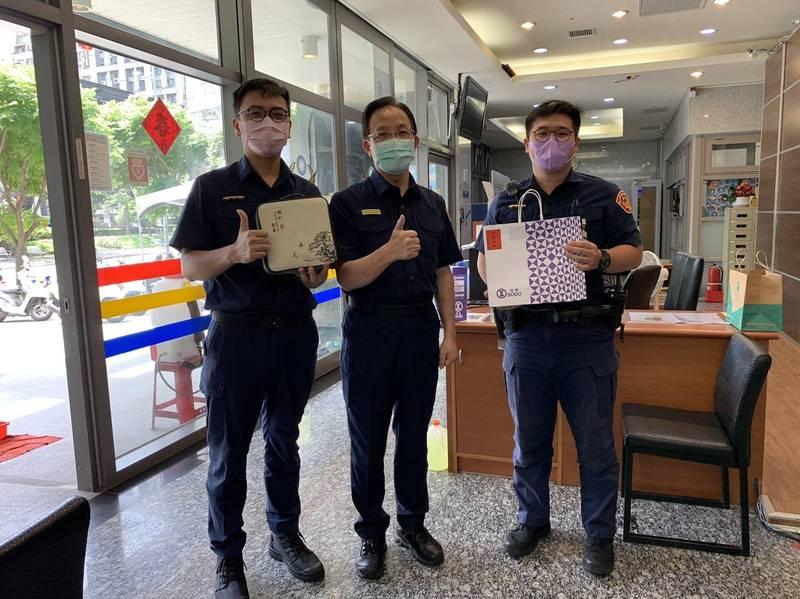 萬華分局長張隆興(中)分送粽子給同仁。(記者王冠仁翻攝)