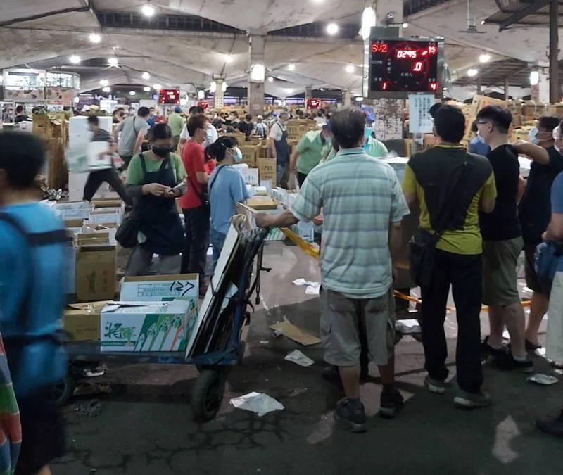 陳怡君表示,第一果菜市場拍賣場人潮擁擠整場人員加起來上百人無法控管人流,更無法保持社交安全距離。(資料照,陳怡君提供)