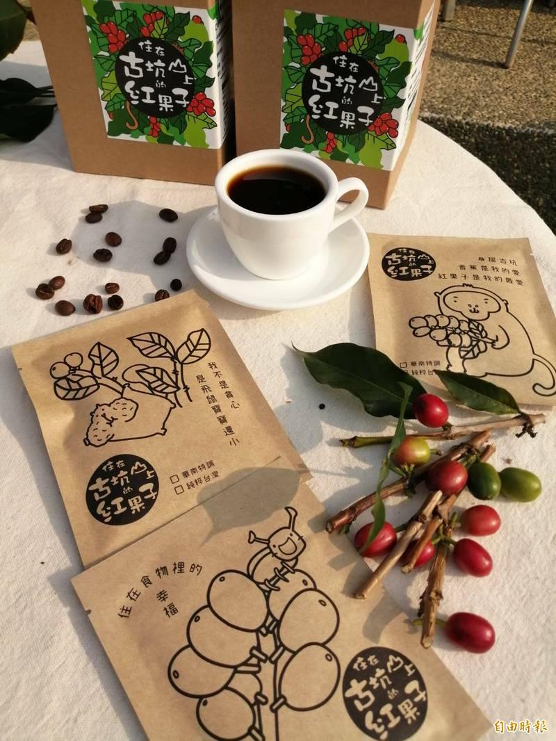 古坑華南社區居民為防疫盡一份心力,捐贈1200包社區自製的掛耳濾泡式咖啡給台大雲林分院醫護團隊,感謝他們在第一線守護國人健康。(記者黃淑莉攝)