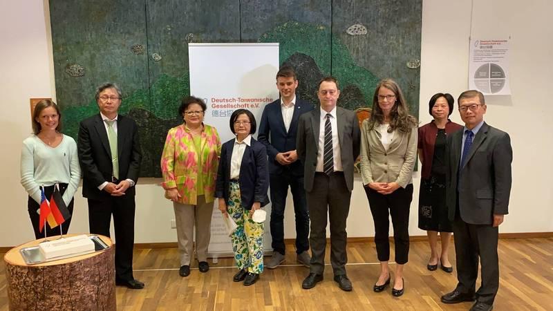 德國最大友台組織更名為「德台協會」,以區別台灣與中國。駐德代表謝志偉(左二)也出席更名儀式(取自德台協會臉書網頁)