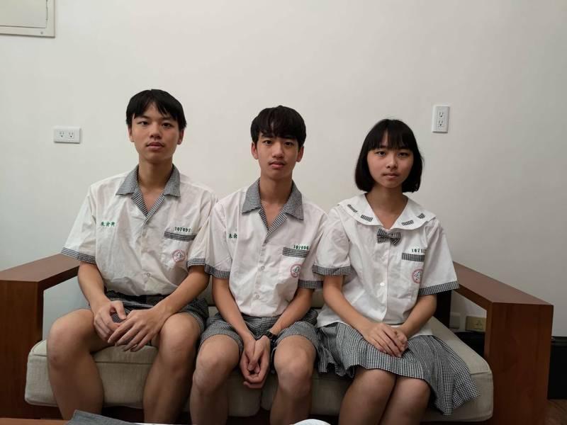 彰興國中3胞胎弟弟朱俞衡、哥哥朱俞愷、妹妹朱紹瑄(由左而右)從小到大都同班,國中會考交出漂亮成績,妹妹考出全國榜首的佳績。(彰興國中提供)