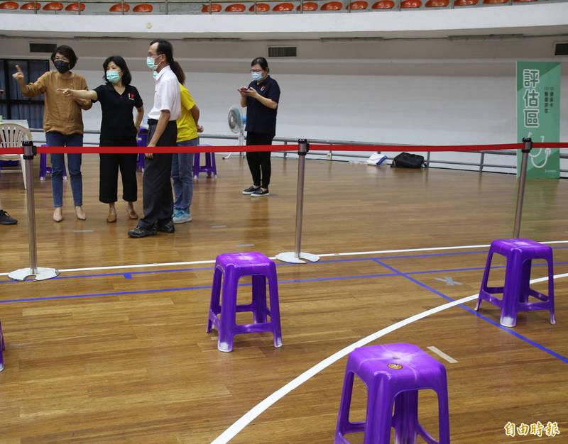 台東縣體育館將做為疫苗快打站,縣長饒慶鈴(左)今天勘查。(記者黃明堂攝)
