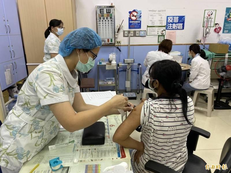 屏東縣獲撥2.9萬劑AZ疫苗,縣府預計15日開打。圖為疫苗接種。(資料照)