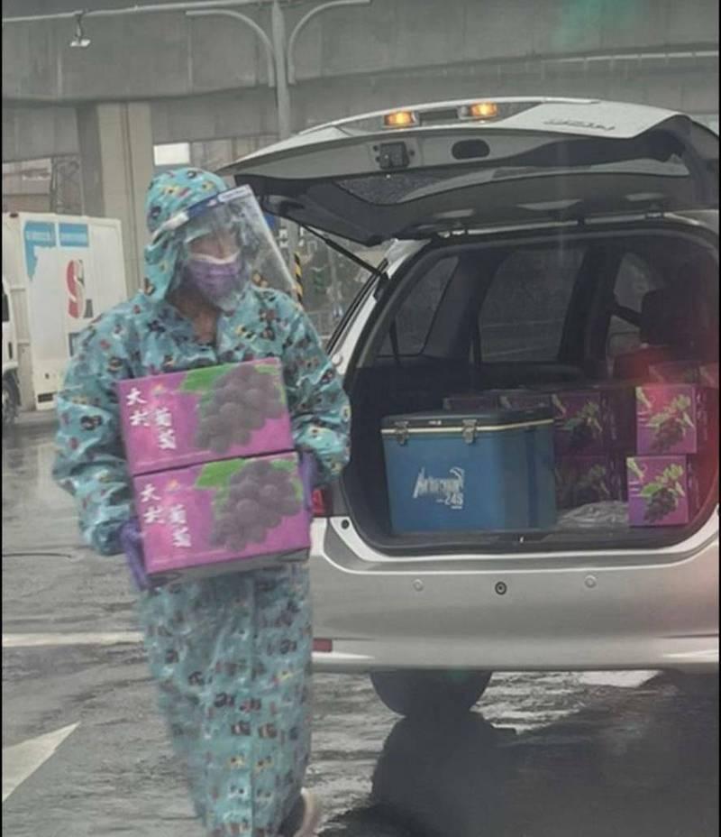賴姓果農表示,每箱葡萄盒均酒精消毒,交貨時也穿好防護衣、護目鏡、口罩,全程不碰觸確保安全。(賴姓果農提供攝)