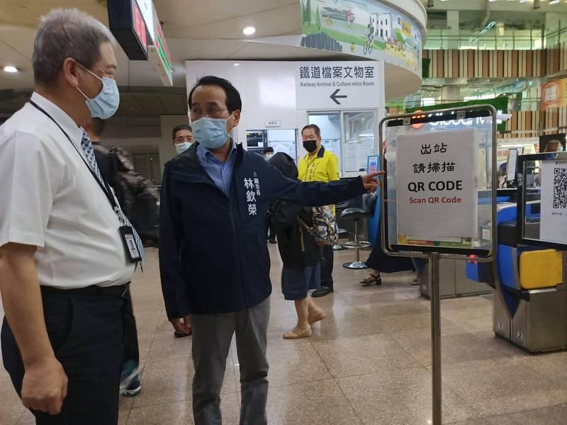 高市副市長林欽榮拜訪台鐵左營站,了解出入口實聯制規劃。(記者王榮祥翻攝)
