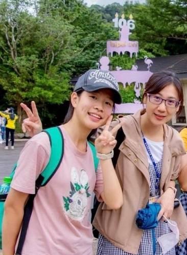 嘉市南興國中謝采凌(左)感謝老師李秀玲3年來的指導(右)。 (記者丁偉杰翻攝)