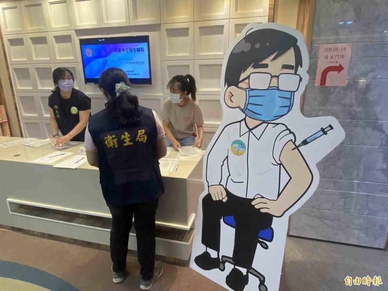 陳其邁宣布,本月15日開始施打75歲以上長輩疫苗。(記者黃旭磊攝)