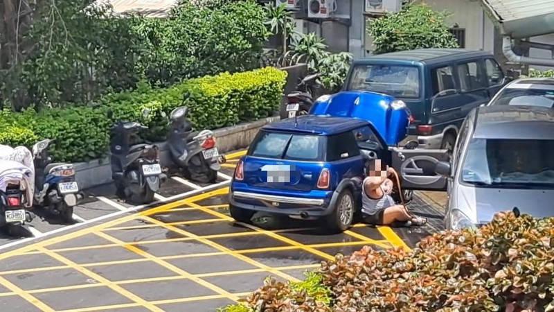 一名馬姓網友今上臉書社團發文指出,有位壯男早上5點多在永寧活動中心路邊洗車、沖涼,甚至還一度脫下口罩,引起網友公憤。(網友授權提供)