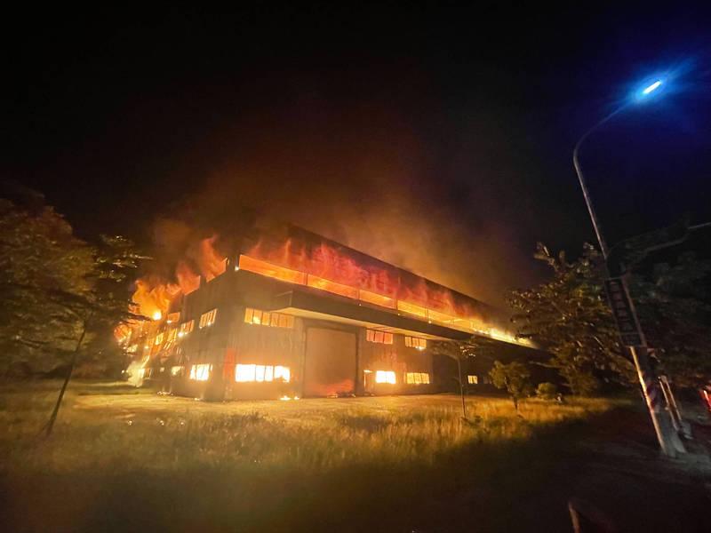 台南柳科獨棟工廠陷入火海,全面燃燒。(消防局提供)
