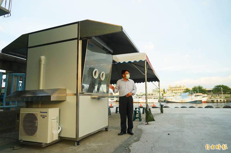 屏東縣設置全台首座漁港得來速式PCR篩檢站,今天早上10點於東港安檢所啟用,縣長潘孟安昨天先到場視察施設進度。(記者陳彥廷攝)